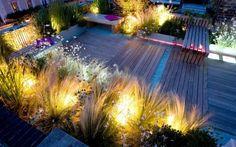 luminaire extérieur LED : terrasse en bois composite et cheveux d'ange rétroéclairés et bancs en bois