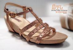 Sandalias con cuña en tono metalizado
