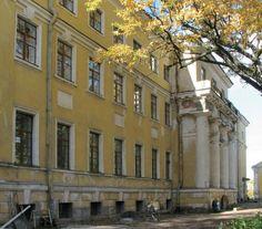 Façade orientale actuelle depuis le remaniement de la maison des invalides et de l'Eglise du Saint Martyr Valérian - Monastère de la Sainte Trinité Saint Serge - Strelna - Construit entre 1805 et 1809 par l'Architecte Luigi Rusca, puis remanié dans les années 1935-1937.