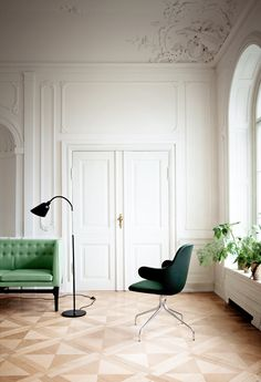 &tradition: Mayor Sofa von Arne Jacobsen und Flemming Lasssen mit Catch Chair von Jaime Hayon