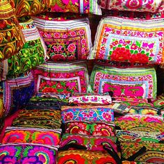 Beautiful colours in the Chiang Mai night market  #travel #chiangmai #tourist #thailand #explore #asia #adventure #beautiful #market #pattern #bags #handmade by av.travel
