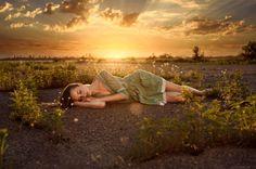 Обои для рабочего стола Девушка лежит на земле на фоне заката, фотограф Матвеев…