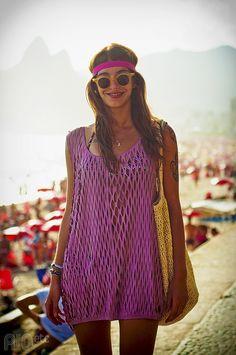 Saindo da praia: óculos de sol, bolsão e sorriso no rosto.