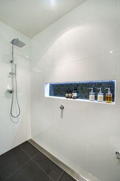 Dusche Bodengleiche mit Ablaufgitter, Ablage mit LED Beleuchtung, Wandfliesen weiß, Bodenfliesen anthrazit, led strip in shower