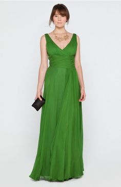 Vestido  largo de seda con escote en V y drapeado en la cintura. Elegante y sencillo.