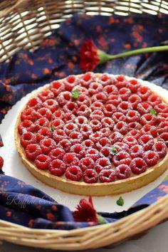 Coucou ^^ Après les verrines façon tarte aux framboises, voici la fameuse tarte. Douce, fruité accompagner d'une crème pâtissière parfumée à la vanille. Un vrai petit péchés mignons po…