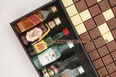 Chocotelegrama Premium Bodega. Un super Regalo para Aniversario! 70 chocolatitos, 8 minibotellitas de licores y 2 shots para brindar. Bacardi, Home Interior, Wine Rack, Bottle, Gifts, Ideas Para, Chocolate, Watch, Amor