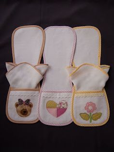 PATCHWORK ARTE EM TECIDOS: PROTETOR DE OMBRO - REGURGITADOR Patchwork Baby, Patchwork Fabric, Diy Baby Gifts, Baby Crafts, Baby Sewing Projects, Sewing For Kids, Bebe Baby, Baby Love, Baby Embroidery