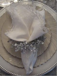 winter white Silver Christmas, Christmas And New Year, Christmas Holidays, Christmas Crafts, Christmas Table Settings, Christmas Tablescapes, Holiday Tables, New Years Decorations, Christmas Decorations