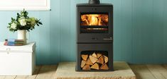 Stylish and efficient stove Featuring an integral log store and a stylish, subtly curving cast top plate as standard, the eye-catching CL5 Midline stove is