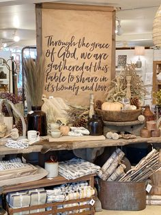 Fall Store Displays, Christmas Shop Displays, Gift Shop Displays, Vintage Store Displays, Store Window Displays, Antique Booth Displays, Antique Booth Ideas, Craft Booth Displays, Display Ideas