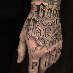 Chicano del tatuaje letras en la mano Knuckle Tattoos, Finger Tattoos, Body Art Tattoos, New Tattoos, Cool Tattoos, Tattoo Lettering Design, Chicano Lettering, Tattoo Sleeve Designs, Sleeve Tattoos