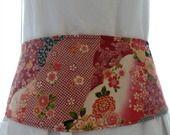 Ceinture japonisante fleurie type obi rouge : Ceinture par kleine-mikala