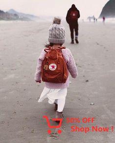 Fjällräven Kanken mini - perheretkeily - lapset retkeilee - oma reppu - ylisöpö - www. Baby Kind, Baby Love, Kanken Mini, Kanken Backpack Mini, Retro Backpack, Mochila Kanken, Fjällräven Kanken, Little Ones, Little Girls