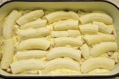U lim za kolače izliti polovicu smjese, složiti banane. Sweet Recipes, Snack Recipes, Dessert Recipes, Cooking Recipes, Sweet Cakes, Pavlova, Creative Food, Easy Desserts, Food Inspiration