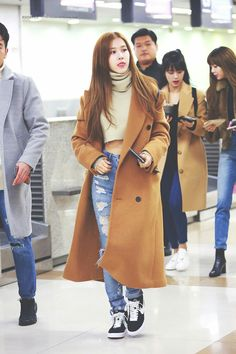 Your source of news on YG's biggest girl group, BLACKPINK! Blackpink Fashion, Korean Fashion, Winter Fashion, Fashion Lookbook, Blackpink Outfits, Winter Outfits, Airport Fashion Kpop, Outfit Invierno, Airport Style