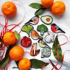 С мандаринками и серый день становится солнечным 💛  А вы же не забывайте, что узнать, какие брошки есть в наличии прямо сейчас, можно по тэгу?  .  .  Tangerines definitely make everything better 💛 Embroidery Patches, Cross Stitch Embroidery, Clothing Patches, Caprese Salad, Sewing Crafts, Vegetables, Fabric, Stitching, Handmade