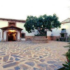 Casa Rural La Solana, en Malpartida de Plasencia, Cáceres. Cuenta con gran patio con barbacoa-horno de piedra, huerto y antigua bodega árabe