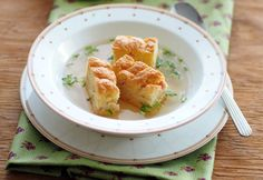 Rindsuppe mit Tiroler Schöberln Foto: Andrea Jungwirth Cauliflower, Vegetables, Ethnic Recipes, Food, Sheet Pan, Oven, Easy Meals, Chef Recipes, Cooking