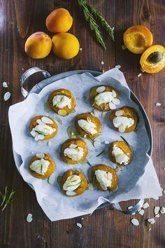 Le albicocche al forno, servite con robiola, mandorle, miele e rosmarino, sono di una bontà assoluta. Non fartele sfuggire, le amerai!