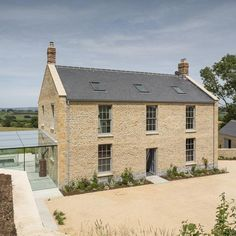 Looks French/British with walls of house going up past roof. Like the chimneys on both ends of house – Home decoration ideas and garde ideas Cotswold House, Stone Driveway, Georgian Homes, Dream House Exterior, Stone Houses, House Goals, House Front, Traditional House, Villas