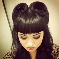 love love this look Victory Rolls and Betty Paige Bangs:: Vintage Hairstyles:: Retro Inspired Hair:: Rockabilly Retro :: Pin Up Girl Hairstyles Fringe Hairstyles, Retro Hairstyles, Formal Hairstyles, Hairstyles With Bangs, Girl Hairstyles, Wedding Hairstyles, Pelo Pin Up, Victory Rolls, Pelo Retro