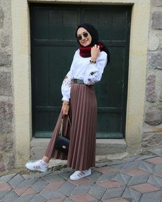Genç tesettür fashion in 2019 hijab fashion hijab outfit. Modern Hijab Fashion, Street Hijab Fashion, Hijab Fashion Inspiration, Muslim Fashion, Skirt Fashion, Fashion Outfits, Fashion Black, Fashion Trends, Style Fashion