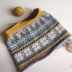 Neckwarmer knitting.  ゆったりしたネックウォーマーを編んでいましたが、上がゆるゆるになるのでゴム編みにしてみています。さて、どんな風になるかな? #knitting #widn #fairisle #handmade  #handknit #wool #yarn #cowl #編み物 #手編み #ハンドメイド #フェアアイル #毛糸 #オリジナル #手作り #neckwarmer #ネックウォーマー #カウル