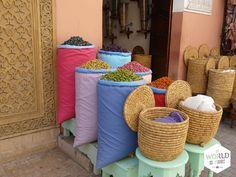 De geur van specerijen hangt zwaar in de lucht, de zon maakt alles nog intenser. #kruiden #Morocco #Marrakech #spices #Marokko