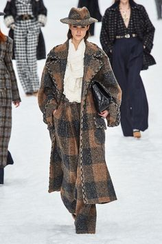 Herbst/Winter Ready-to-Wear - Fashion Shows Chanel Herbst/Winter 2019 Ready-. Chanel Herbst/Winter Ready-to-Wear - Fashion Shows Chanel Herbst/Winter 2019 Ready-to-Wear - Fashion Shows Chanel Fashion Show, Trend Fashion, Fashion Weeks, Fashion 2020, Paris Fashion, Runway Fashion, Winter Fashion, Womens Fashion, Fashion Design