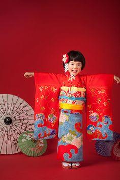 The Kimono Gallery — Modeling kimono or yukata. Yukata, Japanese Outfits, Japanese Fashion, Japanese Girl, Kimono Japan, Traditional Kimono, Traditional Outfits, Japanese Costume, Asian Kids
