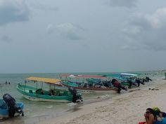 """En la playa de Celestún los visitantes pueden abordar una lancha para disfrutar de un paseo de dos horas en la ría, Isla Pájaros, el """"túnel"""", los límites con Campeche y a un ojo de agua, donde se puede permanecer una media hora. La tarifa es de 250 por persona en este verano de 2017. ¡Vamos a navegar!"""