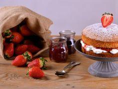 Receta | Bizcocho victoria con nata y fresas (Victoria`s sponge cake) - canalcocina.es