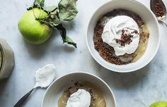 En vidunderlig dessert og alternativ version af den klassiske gammeldags æblekage lavet med rasp. Den syrlige æblegrød, rugbrødets karamelliserede sødme og den bløde, runde smag af fløde er fortryllende – intet mindre. Du kan enten bruge almindeligt revet rugbrød, men også såkaldt ymerdrys uden sukker, kan ristes med smør og sukker. Det er den ultimative dessert at lave netop nu, hvor æblerne er så dejlige. Til 6 personer. Sådan gør du Vask æblerne, fj...