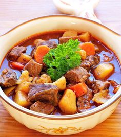 A legkedveltebb hazai specialitások (Gulyás és társai) Goulash Recipes, Soup Recipes, Cooking Recipes, Hungarian Cuisine, European Cuisine, Croatian Recipes, Hungarian Recipes, Goulash Soup, Saffron Recipes