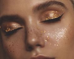 Golden freckles, макияж с блестками (makeup with glitter) Makeup Trends, Makeup Inspo, Makeup Art, Makeup Inspiration, Hair Makeup, Fun Makeup, Summer Makeup, Simple Makeup, Gold Aesthetic