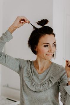 Half Top Knot Tutorial for Short Hair Short Hair Top Knot, Messy Bun For Short Hair, Messy Top Knots, Short Curly Hair, Curly Hair Styles, Natural Hair Styles, Trending Hairstyles, Hairstyles With Bangs, Cool Hairstyles