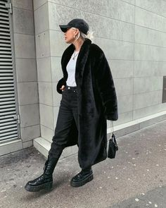 Stay cosy and warm and give off ultimate sass vibes with our Terence coat! It features an oversized fit with long sleeves and button down detailing in a black faux fur texture. Cosy Winter Outfits, Long Coat Outfit, Black Faux Fur Coat, Fur Gilet, Black Girl Fashion, Casual Street Style, Urban Fashion, Long Black, Paris Travel