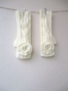 Cable knit is one of the most popular patterns speaking about knitted things. Why not include it into your big day? Cable knit mittens, scarves...