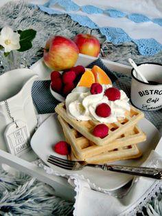 Colazione a letto con waffle di farro, panna e lamponi.jpg
