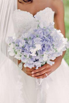 Was für ein schöner Brautstrauß mit zarten blauen Elementen