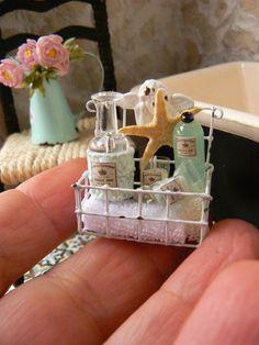 Korb für Badezimmer-Miniatur Puppenhaus Ist, es auf eine Wand zu unterstützen oder sie hängen in der Nähe von der Wanne, Bad-Produkte in der Nähe zu verlassen. Ein Spa, in Ihrem Puppenhaus. Beinhaltet eine kleine Kerze Duftkerzen imitiert, die aufleuchten, wenn Sie ein Bad nehmen. Kleines Handtuch, eine Flasche Gel, aromatischen Ölen und ein Stück Seife schrubben, raus aus dem Bad als Göttinnen. Kleines Augenzwinkern Humor. Bitte Convo mich