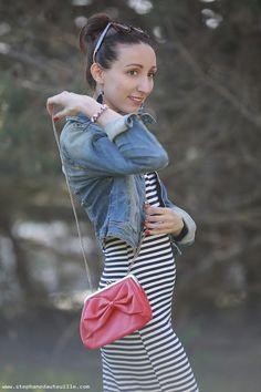 La robe rayee mariniere @boohooofficial  - veste en jean @hm - sac rouge - Lauraleen Lifestyle