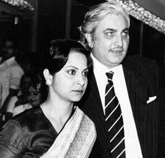 Waheeda Rehman co-starred with Kamaljeet (real name Shashi Rekhi) in Shagoon in 1964 and they fell in love with each other. They got married 10 years later in Waheeda Rehman, 10 Years Later, Indian Star, Indian Movies, Bollywood Stars, Got Married, Falling In Love, Movie Stars, Family Photos