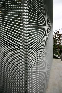 Carina Shop by Kazuyo Sejima Metal Facade, Metal Cladding, Metal Panels, Metal Buildings, Cladding Design, Facade Design, Building Skin, Building Facade, Tokyo Architecture