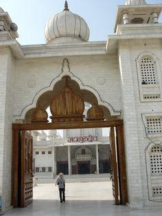 #magiaswiat #vrindavan #matura #podróż #zwiedzanie #indie #blog #świątynie #krishna #gopi #aszram #ogrody #jamuna #mandir #kund #ghaty #govinddev# vaishnodevi #pałac #giridharigoudiya #namyogasadhana Mandir, Krishna, Gazebo, Taj Mahal, Outdoor Structures, Building, Blog, Travel, Kiosk