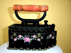 Bauer ideias - Vanessa Patricio - Álbumes web de Picasa Antique Iron, Vintage Iron, Antique Sewing Machines, Iron Board, Decoupage Vintage, Craft Accessories, Iron Decor, Milk Cans, Tole Painting