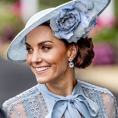 For day one of the Duchess of Cambridge wore a gorgeous Elie Saab ensemble with a Philip Treacy hat and Kiki McDonough… Prince William Family, Prince William And Kate, William Kate, Kate And Pippa, Kate And Meghan, Ballerina, Philip Treacy Hats, The Duchess, Herzogin Von Cambridge