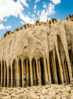Stone columns of Crowley Lake. Crowley Lake is a reservoir on the upper Owens River in southern Mono County, California, in the United States Beautiful Places To Travel, Beautiful World, Formations Rocheuses, Stone Columns, California Travel, Bishop California, Mammoth Lakes California, Places Around The World, Belle Photo