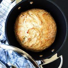 Grydebrød er noget af det nemmeste og lækreste at bage. Denne opskrift på hjemmelavet grydebrød med øl er også med durummel.
